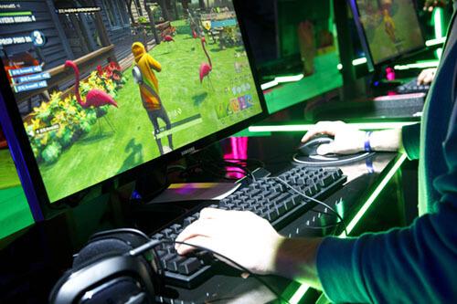 jugando a fortnite con cascos gaming logitech