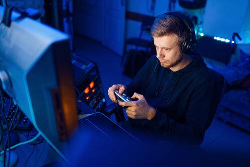 gamer utilizando unos cascos gaming astro