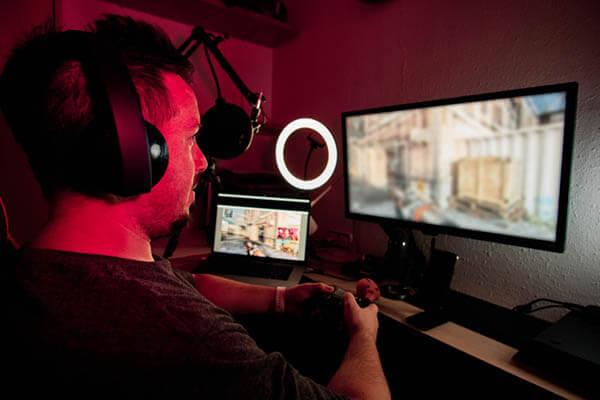 gamer jugando con unos cascos gaming trust