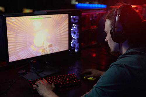 gamer utilizando unos cascos gaming 7.1
