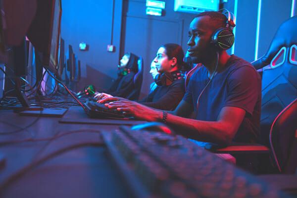 gamers en una competición con cascos gaming Onikuma